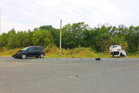 involving: Incidente stradale coinvolge due veicoli sulla strada. Archivio Fotografico