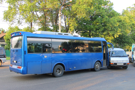Verkehrsunfall großen Bus kollidierte mit einem kleinen Minibus.