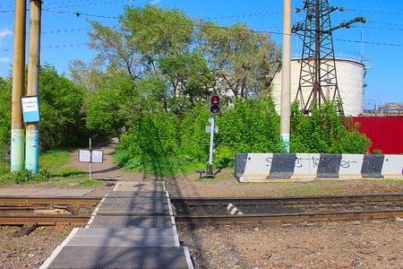 La photo sur laquelle représente le passage pour piétons de chemin de fer. Banque d'images - 57597931