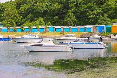 La photo qui montre des bateaux et de petits bateaux.
