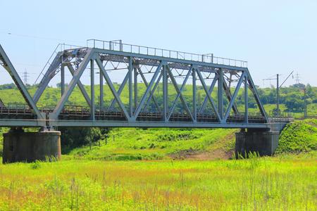 Een foto die een grote spoorbrug uitbeeldt.