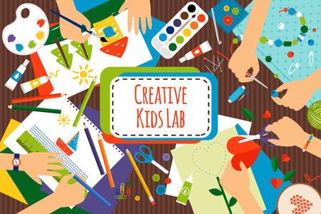 niños Creative Lab, mesa vista desde arriba con las manos de los niños creativos. Corte de papel, pintura y dibujo. ilustración vectorial
