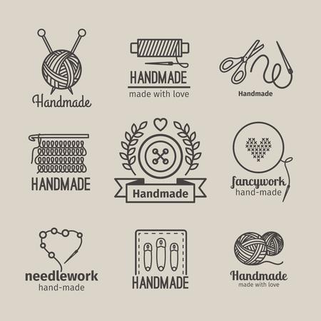 Linea a mano logo vintage set. distintivi retro a mano o etichette contorno a mano. Maglieria e cucito simboli. illustrazione di vettore