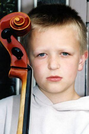 Boy bedrijf cello. Stockfoto