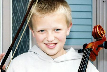 Boy bedrijf cello en boog.