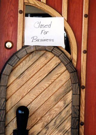 liquidate: Sign on door indicating restaurant has closed. Stock Photo