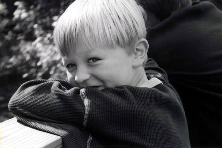 悪魔のような式の少年の黒と白の肖像画。