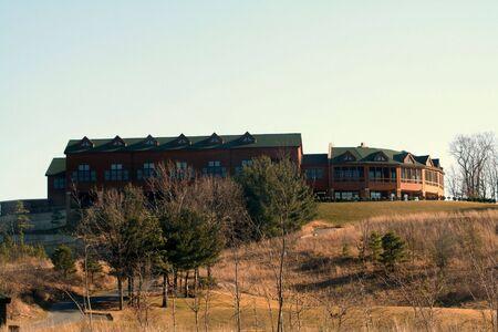 언덕에 컨트리 클럽 시설.