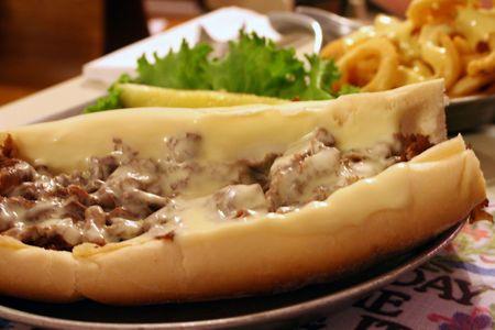indulgere: Cheesesteak e formaggio fritte.