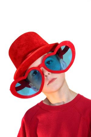przewymiarowany: Chłopiec W Red Hat i okulary serca wertykalnych Zdjęcie Seryjne