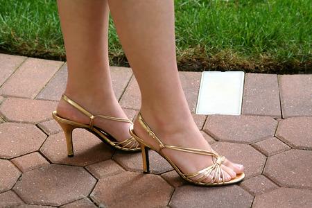 pies sexis: Tacones de oro Slingback