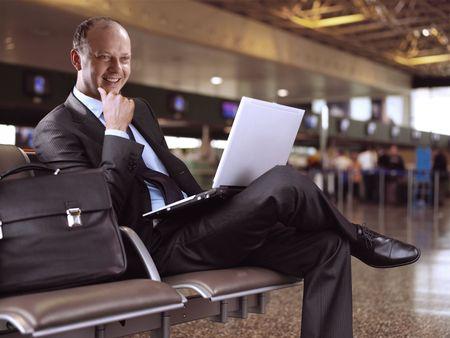 gente aeropuerto: empresario que ha sentado en el aeropuerto Foto de archivo