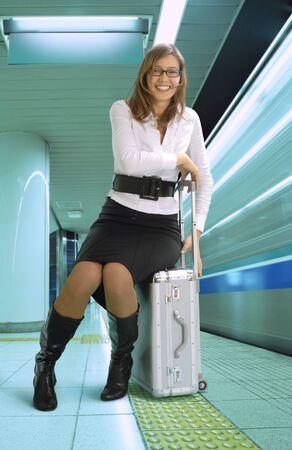 llegar tarde: businesstrip feliz de plata mujer joven con la maleta en metro