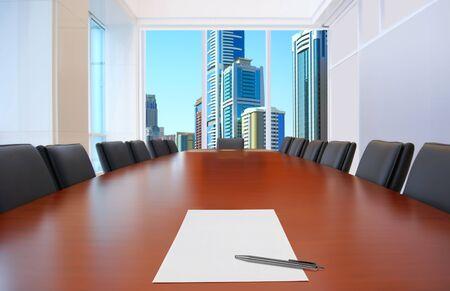 salle de réunion, devant accent feuille de papier et crayon sur table Banque d'images