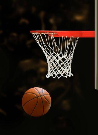 baloncesto: Tablero de baloncesto y el bal�n de baloncesto sobre fondo negro