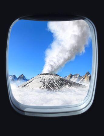 imminence: erupci�n volc�nica vista desde la ventana del plano  Foto de archivo