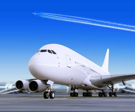 parked: grote personenauto vliegtuig is aanlanding naar Start-en landingsbaan van luchthaven