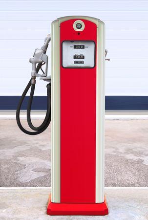 gas station: Bomba de gas antiguas pintada en azul oscuro brillante y naranja en la configuraci�n de una antigua estaci�n de gas