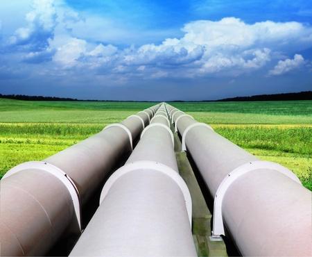 duct: l�nea de tuber�a de gas que a trav�s de campo verde Foto de archivo