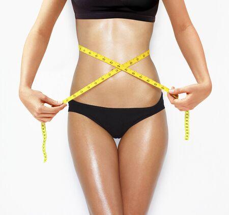 femme se deshabille: femme mesurant la forme parfaite du concept de modes de vie sains de belles cuisses Banque d'images