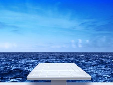 springboard: trampolín blanco sobre fondo de mar Foto de archivo