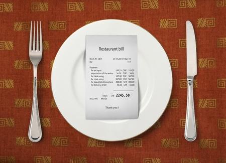 factura: El proyecto de ley en el plato vac�o en el restaurante