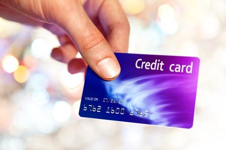 Close-up of man hand holding plastik credit card  Standard-Bild