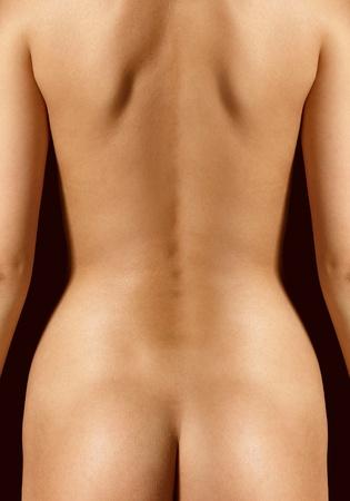 nalga: cerca de la espalda de la mujer hermosa