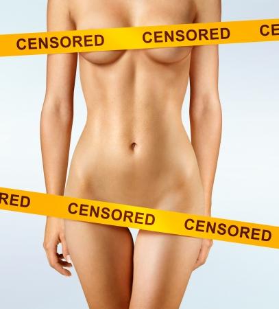 donna completamente nuda: bel corpo di donna ricoperto di nastri di censura
