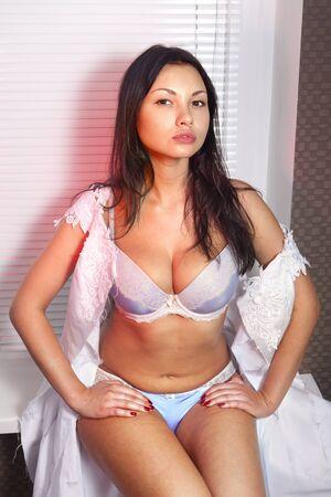 voluptueuse: sexuelle belle mari�e en robe de mari�e blanche d�chir�e