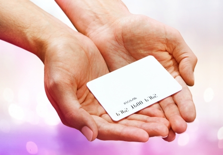 Plastik: Close-up of man hand holding plastik credit card  Stock Photo