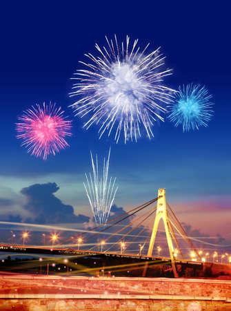 fajerwerków nad moskiewskiego mostu w Kijowie miasta nocą Zdjęcie Seryjne