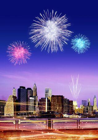 Downtown Brooklyn Skyline mit Feuerwerk in New York City bei Nacht
