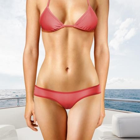 body slim: Jeune femme s�duisante blonde en maillot de bain sur le pont du yacht