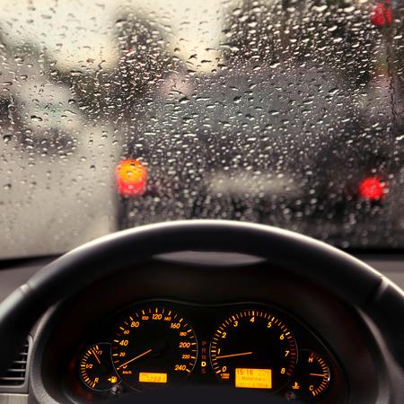 precipitacion: salpicadero y lluvia gotas en el parabrisas del coche Foto de archivo