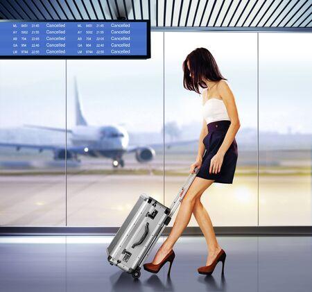 mujer con maleta: Tourist Info se�alizaci�n en el aeropuerto y hermosa de pasajeros con equipaje