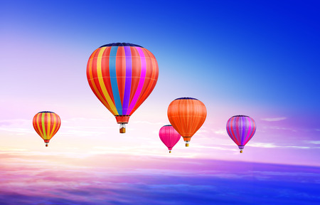 is hot: Muchos coloridos globos de aire caliente en el cielo azul