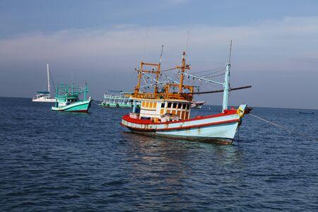 barca da pesca: Schooner pesca tailandese in mare in condizioni di tempo soleggiato