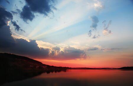 cielo: Puesta de sol con nubes, los rayos de luz y otros efectos atmosf�ricos