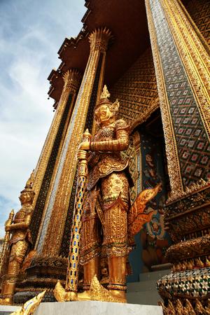 in wat phra kaew: Glazed tile giant statue in Wat Phra kaew
