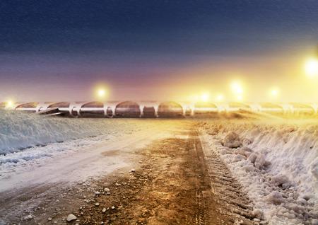 schlagbaum: Schnee deckte Winterstraße zum Flughafen