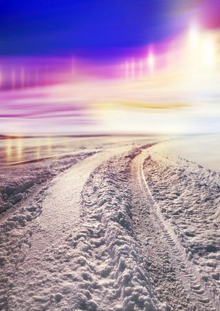 schlagbaum: Schnee bedeckte Straße nach Norden, Polarlichter in den Himmel