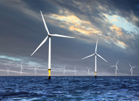 海の上の電気を生成する白い風車