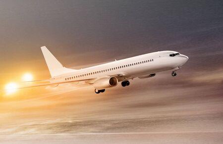 비 비행 날씨, 눈보라에서 이륙하는 하얀 비행기