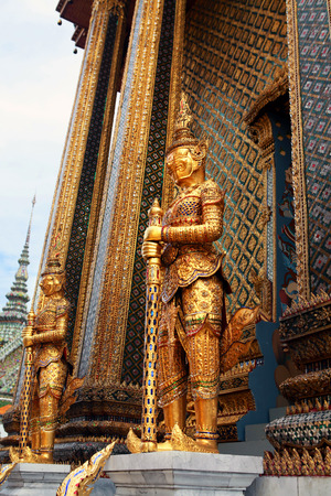 Statue of the golden guard at an entrance to the Phra Mondop temple Stockfoto