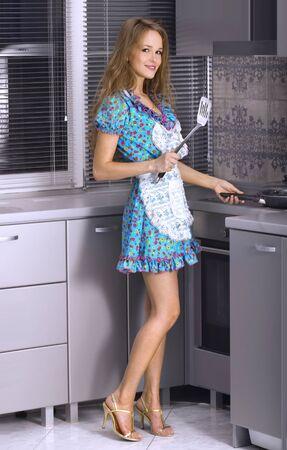 hermosa ama de casa cocinando en la cocina Foto de archivo