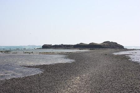 obrero: camino a una isla entre el mar Foto de archivo