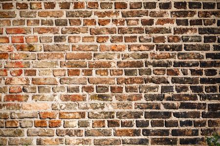 화재 후 검은 그을음으로 덮여 벽돌 벽의 질감. 그것을 디자인의 배경으로 사용할 수 있습니다. 스톡 콘텐츠