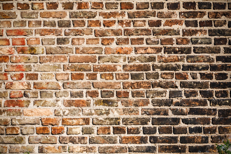 De textuur van een bakstenen muur bedekt met zwarte roet na een brand. Je kunt het gebruiken als achtergrond voor je ontwerp. Stockfoto