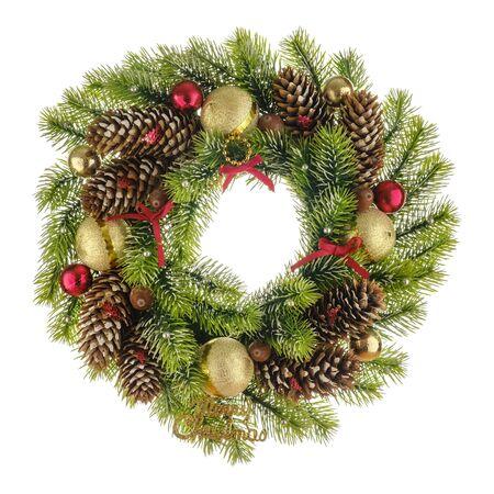 Weihnachtskomposition mit Kranz aus Weihnachtsbaumzweigen, Bögen, Perlen und Tannenzapfen mit roten und goldenen Kugeln isoliert auf weißem Hintergrund. Flache Lage, Ansicht von oben Standard-Bild
